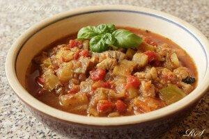 400 g krůtích a nebo kuřecích prsou 1 lilek (baklažán) 1 větší cuketa (může být i dýně) 1 konzerva krájených rajčat i s nálevem 2 cibule 6 stroužků česneku 2 bujóny - kuřecí a nebo zeleninový koření dle volby- staročeské, čubrica, kari atd. bylinky- bazalka nebo oregano olivový olej sůl, pepř, sójová omáčka Postup: Na olivovém oleji zpěníme dozlatova nakrájenou cibulku na kostičky. Přidáme okořeněné maso na proužky a restujeme do poloměkka. Pak přidáme oloupaný na kostky nakrájený lilek, cuketu nebo dýni a bujóny. Občas zamícháme, až zelenina pustí šťávu, poté přidáme rajčata s nálevem, prolisovaný česnek, bylinky a dusíme do měkka (ne rozvařit!)..Na závěr dochutíme solí, pepřem, sójovou omáčkou a bylinkami. Příloha: chléb a nebo rýže. Přeji dobrou chuť! ..Reny K tomuto receptu se můžete vyjádřit v diskuzi na FB: