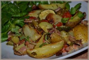 Zapečené brambory se zeleninou a slaninou