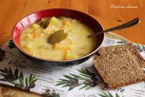 Lahodná polévka s kyselou okurkou