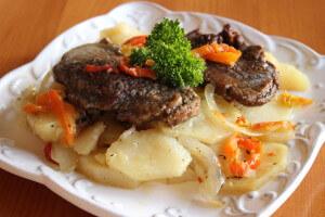 Hovězí pečené na bramborech