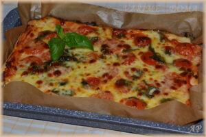 Pizza na plech s mozzarellou a rajčaty