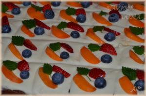 Perník s vanilkovým krémem a ovocem 2