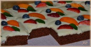 Perník s vanilkovým krémem a ovocem