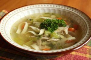 Kuřecí polévka s nudličky
