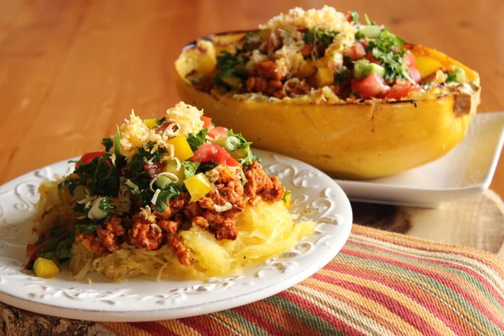Pečená špagetová dýně s krůtím mletým masem a zeleninou
