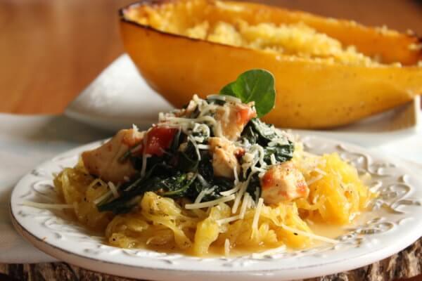 Pečená špagetová dýně se špenátovou omáčkou
