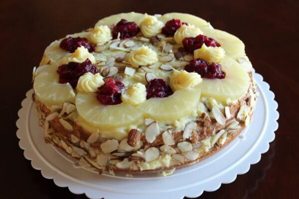 Piškotový dort s čerstvými brusinky a kompotovaným ovocem